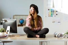Nätt ung affärskvinna som arbetar på nya idéer i kontoret Royaltyfri Fotografi