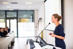 Nätt ung affärskvinna som ger en presentation arkivbild