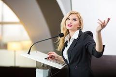 Nätt ung affärskvinna som ger en presentation arkivfoto