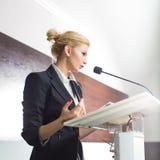 Nätt ung affärskvinna som ger en presentation royaltyfri fotografi