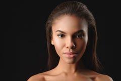 Nätt ung afrikansk kvinna som förför vid hennes utseende Royaltyfria Foton