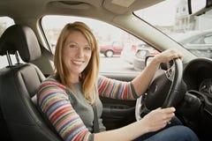 kvinna i bil Arkivbild