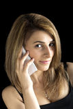 Nätt ung blond flicka som talar vid mobiltelefonen Fotografering för Bildbyråer