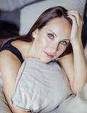 Nätt ung brunettkvinna i sovruminre Arkivbild