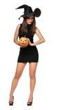 Nätt ung brunettkvinna med en pumpa Arkivfoton