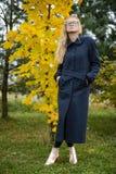 Nätt ung caucasian utomhus- flickamodeklänning Fotografering för Bildbyråer