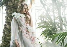 Nätt ung dam i botaniska trädgården fotografering för bildbyråer