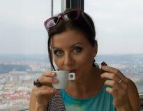 Nätt ung dam som dricker kaffe Arkivbild