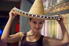 Nätt ung flicka i sombrero Arkivfoto