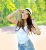 Nätt ung flicka i sommarhatten som har roligt utomhus Fotografering för Bildbyråer