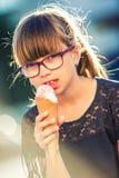 Nätt ung flicka med glass Arkivfoto