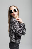 Nätt ung flicka med svart solglasögon royaltyfri foto