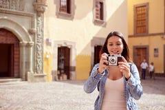 Nätt ung flicka som fokuserar på kamera Royaltyfria Foton