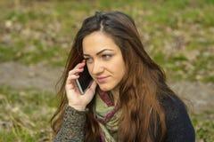 Nätt ung flicka som talar på mobil Royaltyfri Fotografi