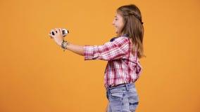 Nätt ung flicka som vlogging med en camcorder stock video