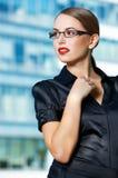 Nätt ung kontorskvinna i svart dräkt Fotografering för Bildbyråer