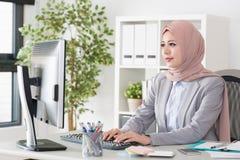 Nätt ung kvinna för muslimkontorsanställd royaltyfri bild