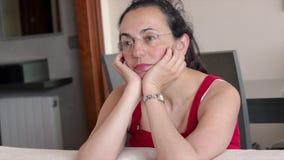 Nätt ung kvinna hemma framme av kameran arkivfilmer