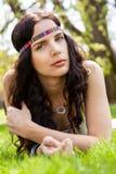 Nätt ung kvinna i dagdrömma för huvudbindel Arkivfoton