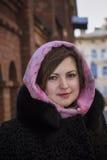 Nätt ung kvinna i en halsduk Arkivfoton