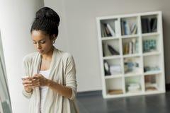 Nätt ung kvinna i kontoret Arkivbild