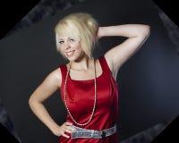Nätt ung kvinna i röd klänning Arkivfoton