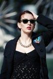 Nätt ung kvinna i svart mode Fotografering för Bildbyråer