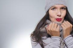 Nätt ung kvinna i vintermode Arkivfoton