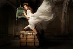 Nätt ung kvinna med buren royaltyfria foton