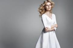Nätt ung kvinna med en lockig haristyle Royaltyfri Bild