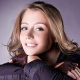 Nätt ung kvinna med härlig hair-style Arkivbild