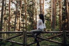 Nätt ung kvinna med intensiv blick bland palmträd royaltyfri foto