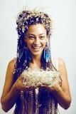 Nätt ung kvinna med kunna-liljan i hår och rök i händer royaltyfria foton
