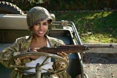 Nätt ung kvinna med likformign och hjälmen för kamouflage ww2 arkivbilder