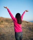 Nätt ung kvinna med lyftta armar Arkivbilder