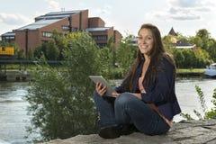 Nätt ung kvinna med minnestavlaPC Fotografering för Bildbyråer
