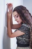 Nätt ung kvinna med stängda ögon fotografering för bildbyråer