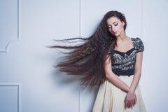 Nätt ung kvinna med stängda ögon och långt hår arkivfoto