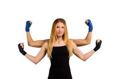 Nätt ung kvinna med starka armar, räckt mång- Arkivbild