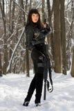 Nätt ung kvinna med vapnet arkivfoto