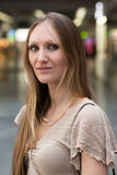 Nätt ung kvinna på en passageraredrevstation Royaltyfri Fotografi