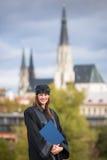 Nätt ung kvinna på hennes avläggande av examendag Fotografering för Bildbyråer