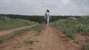 Nätt ung kvinna på vägen arkivfilmer