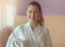 Nätt ung kvinna som är klar att ta ett bad eller att duscha Arkivbild