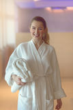 Nätt ung kvinna som är klar att ta ett bad eller att duscha Royaltyfri Fotografi