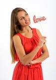 Nätt ung kvinna som drömmer av hennes älskling Arkivbild