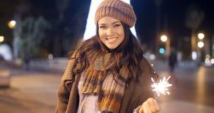Nätt ung kvinna som firar med ett tomtebloss Royaltyfri Foto