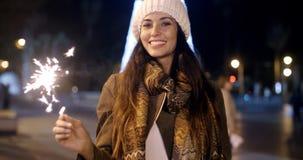 Nätt ung kvinna som firar med ett tomtebloss Royaltyfri Fotografi