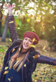 Nätt ung kvinna som firar nedgångsäsongen Royaltyfria Foton
