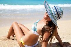 Nätt ung kvinna som har sunbath Arkivbilder